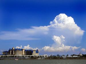 ディズニーランドホテルと入道雲