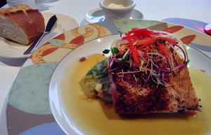 マグロのレアステーキ ブラッケンアイランドスタイル パッションフルーツ マスタードソース