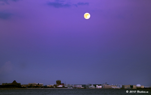 東京ディズニーシーと満月