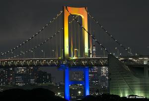 開通20周年記念でレインボーカラーにライトアップされたレインボーブリッジ