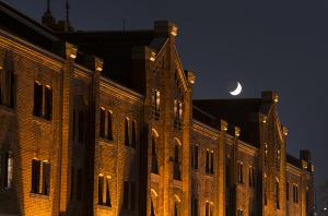 横浜赤レンガ倉庫と月