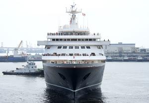 横浜港に入港するにっぽん丸