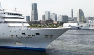 横浜港に入港する「ぱしふぃっくびーなす」