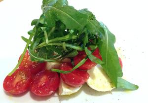 水牛のモッツァレラとプチトマトのサラダ