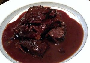 牛ホホ肉の煮込み-イタリア産赤ワインのソース-