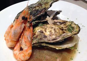 牡蠣と天使海老のワイン蒸し ガーリックバター風味