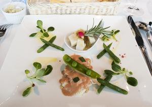 オマール海老とホワイトアスパラガスのムース ソース・オロール ホタテ貝とグリンピースのナージュ