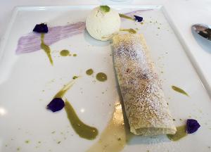 フリュイルージュのパラチンキ ヴァニラ風味のアイスクリーム ピスタチオのアングレーズソース