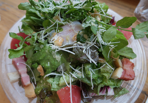 湘南ベーコンと温泉卵のシーザーサラダ