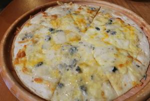 クアトロフォルマッジ(4種のチーズのピザ)