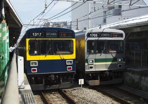 1000系「きになる電車」と緑帯色の電車