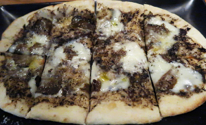 水牛モッツァレラとウンブリア産黒トリュフを使用したピッツァ