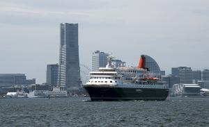横浜港を出港するにっぽん丸