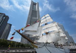 帆船日本丸総帆展帆・満船飾とランドマークタワー