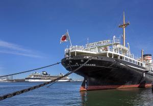 横浜港の氷川丸とセレブリティ・ミレニアム
