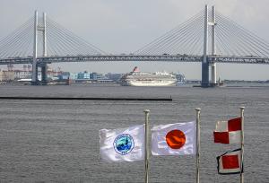 横浜ベイブリッジと飛鳥Ⅱ