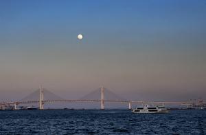 横浜ベイブリッジと月
