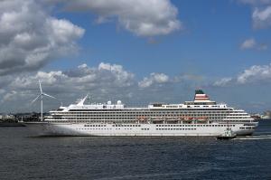 横浜港に入港する豪華客船「飛鳥Ⅱ」