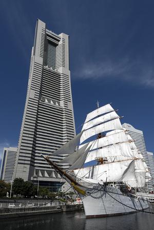 横浜ランドマークタワーと帆船日本丸